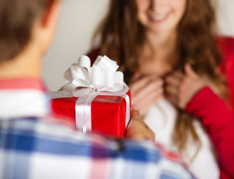 Перевести на английский получать подарки