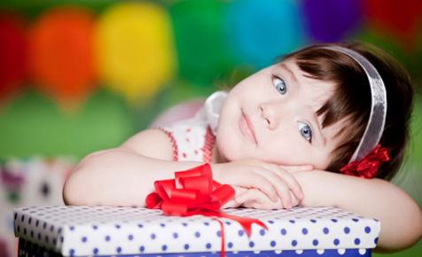 Little_girl_with_birthday_gifts- gifts for girls