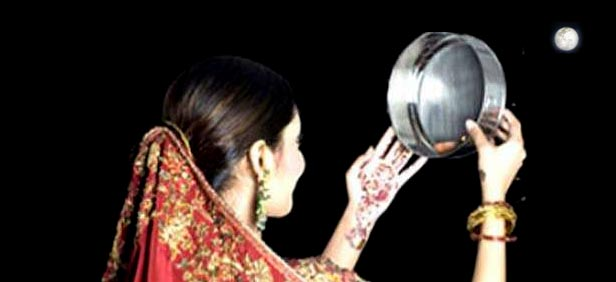 Karva-Chauth-HD-Images-looking-at-moon