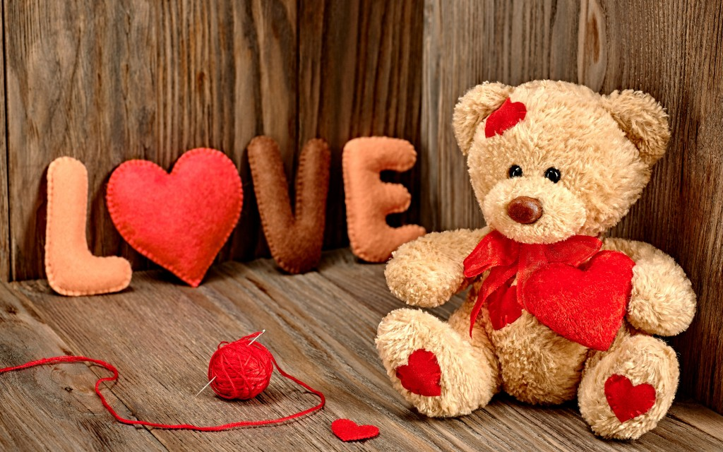 Cool_Wallpaper_with_teddy_bear_holding_heart_love-free-download
