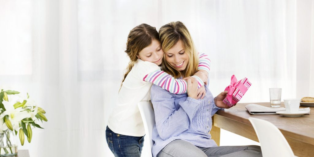 mothers-day-gift-Child giving mom a hug wallpapers