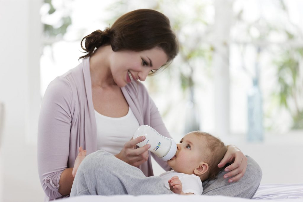 mum-bottle-feeding-baby_images-wallpapers-mothers day